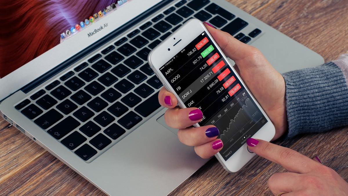 Mobilní telefon, prostřednictvím kterého se provádí bankovní převod do zahraničí.