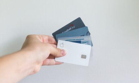 Odlišné druhy platebních karet v ruce člověka.