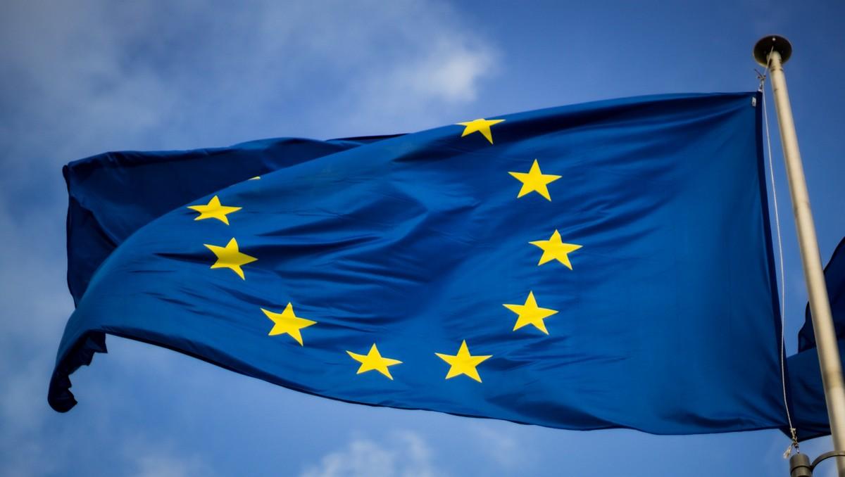 Vlajka EU prezentující Fondy Evropské unie.