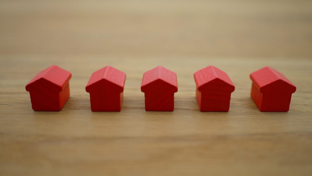 Malé domečky symbolizují zahraniční úvěr, který je hypotéka.