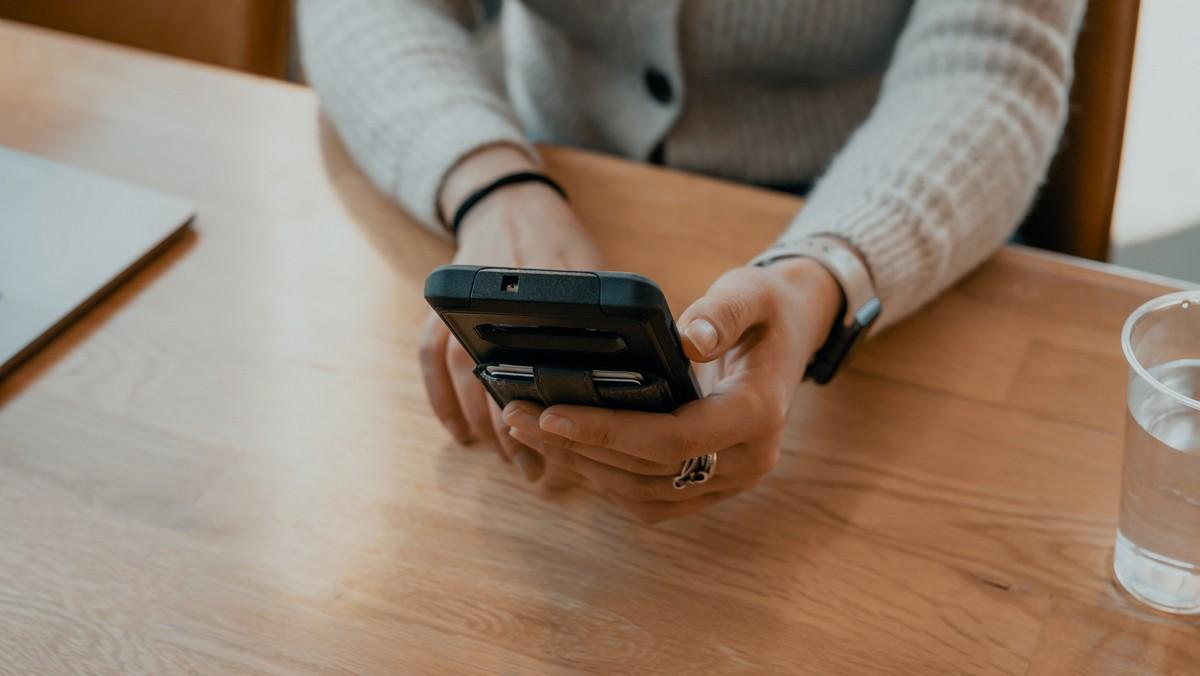 Mobilní telefon, na kterém je provozováno mobilní bankovnictví.