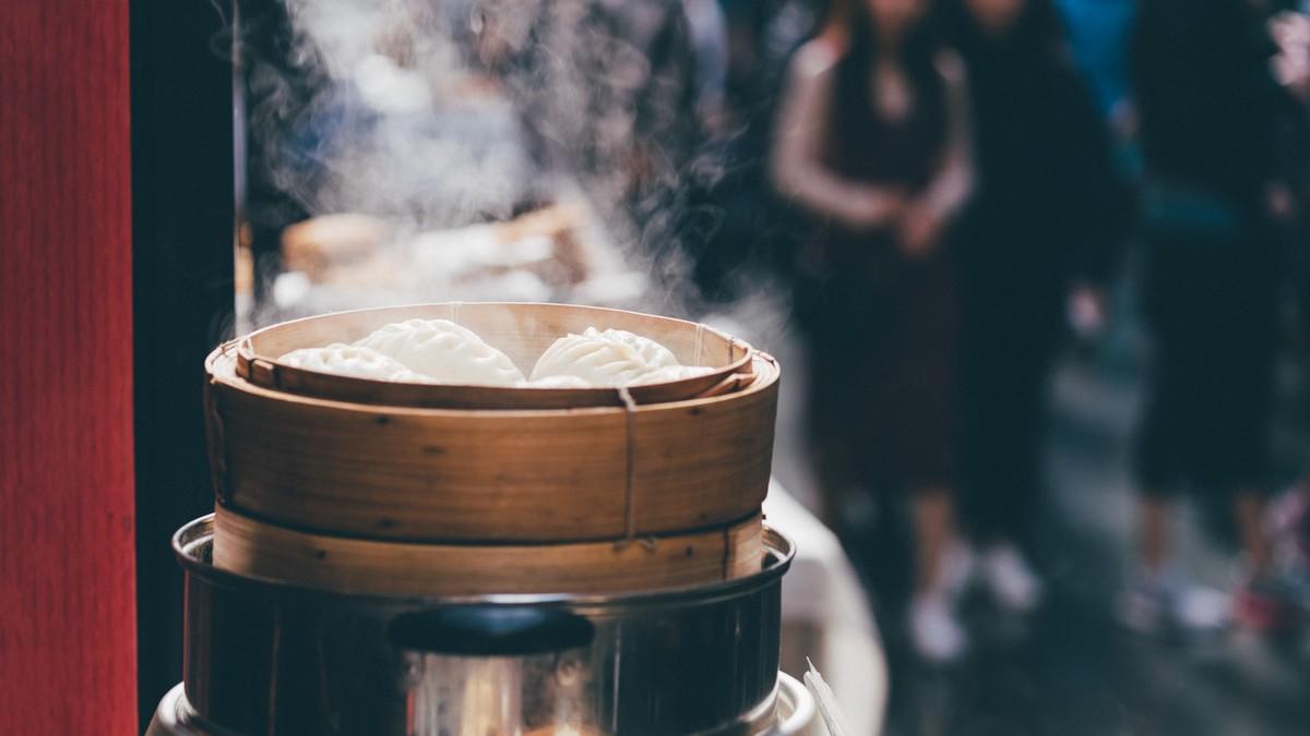 Vaření v páře, při kterém se připravuje lahodná pochutina.
